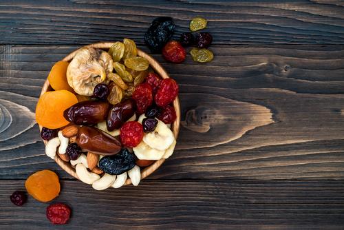 pote com vários tipos de castanha e frutas secas