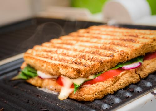 sanduíche de pão de forma no grill