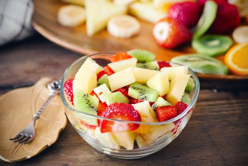 salada de fruta pronta em um pote de vidro