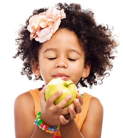 criança negra comendo maça