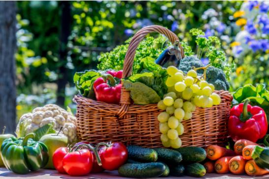 cesto com frutas e legumes variados
