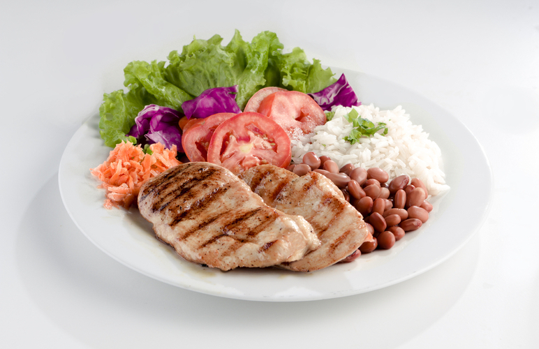 prato brasileiro com arroz, feijão, bife e salada