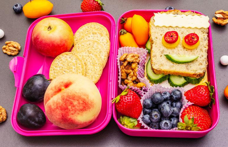 lanche divertido com rostinho de frutas e legumes