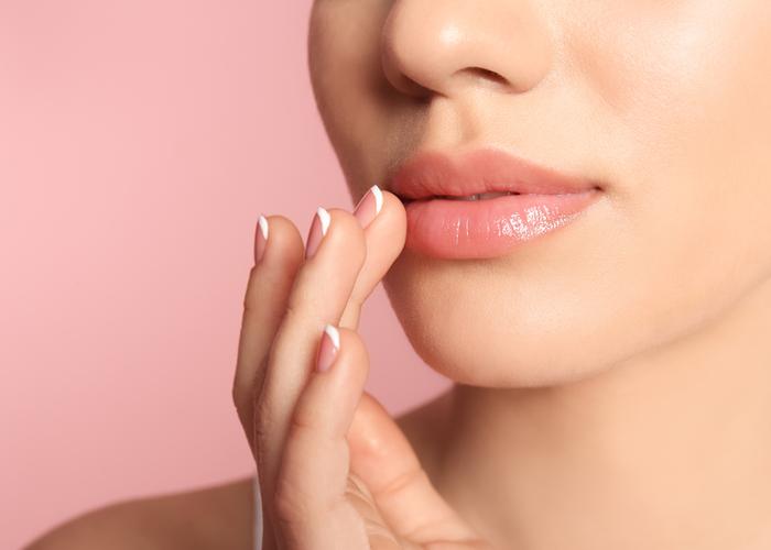 mulher branca esfoliação nos lábios hidratados- autocuidado