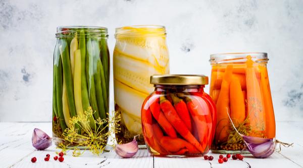 conserva  de pimentas e legumes potes de vidro