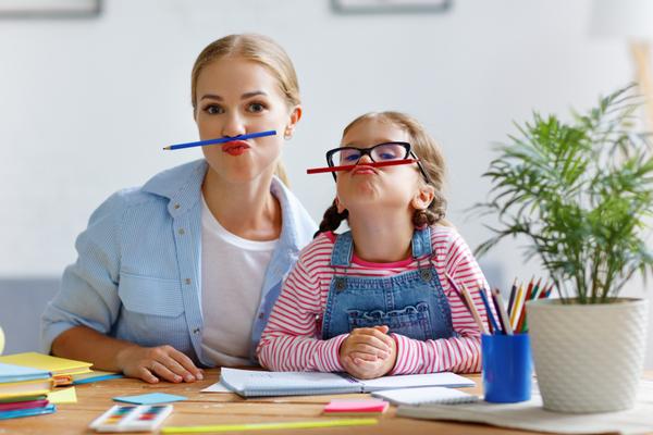 mãe e filha brincando- dia das crianças epa