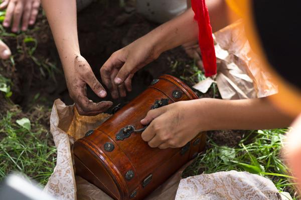 dia das crianças brincando caça ao tesouro