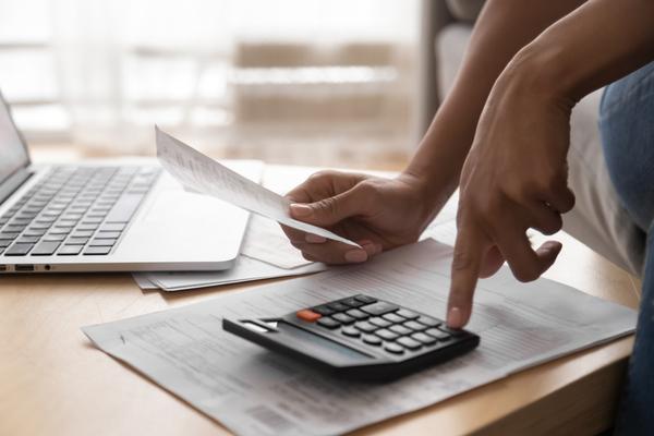 mão feminina, calculadora economia doméstica, finanças
