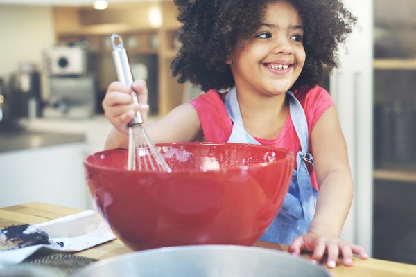 criança brincando de chefe de cozinha