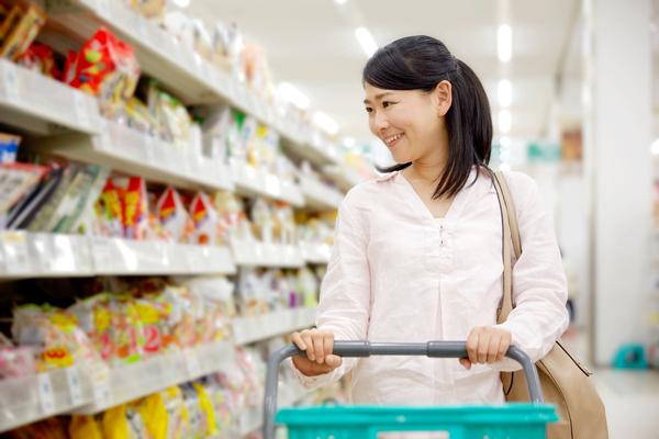 mulher asiática fazendo compras no supermercado economia doméstica