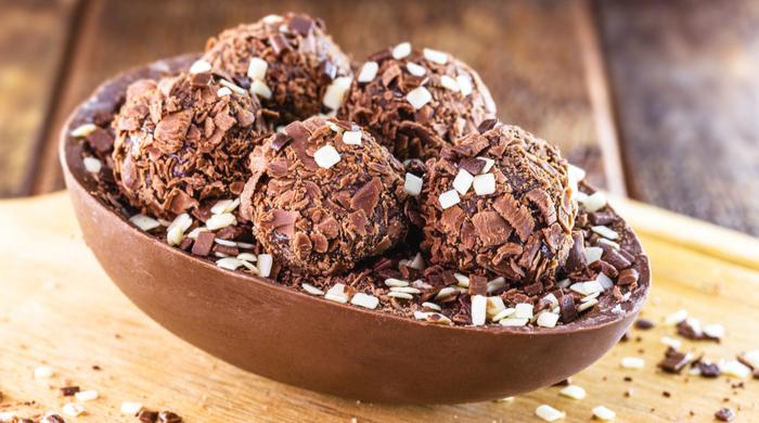 Ovo de páscoa de chocolate com recheio de brigadeiro