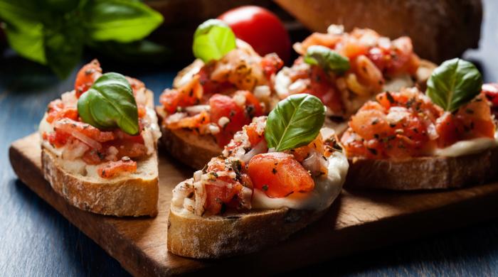 bruschetta torradinha com tomate manjericão e queijo jantar entradas simples