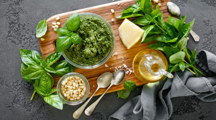 Ervas Aromáticas- pesto de manjericão folhas verdes, parmesão, nozes